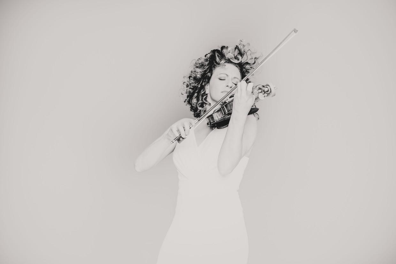 Liza Ferschtman: 'Als uitvoerder ben ik een hybride speler, ergens tussen de authentieke uitvoeringspraktijk en de moderne in'.