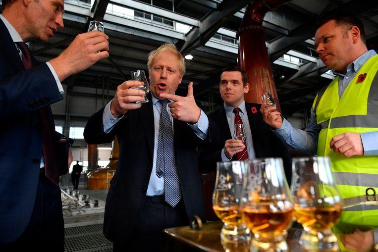 Een afzakkertje mag niet ontbreken. De premier proeft whisky tijdens een bezoek aan de Diageo's Roseisle Distillery in Schotland.