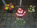 Bloemen en kaarsjes tijdens de memorial in Halsteren.