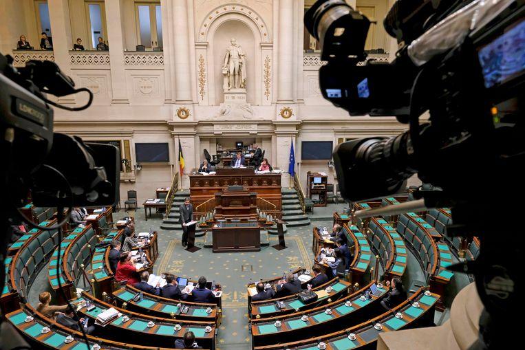 Advocaat Laurent Arnauts (C) houdt een pleidooi voor de bijzondere parlementaire commissie in de Kamer.  BELGA PHOTO DIRK WAEM