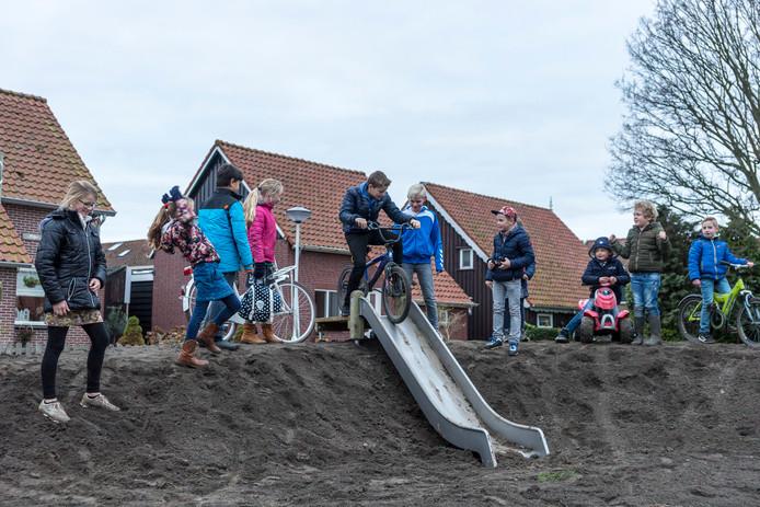 De nieuwe speelplek aan het Koningin Maudplein in Nieuwerkerk is nog niet af, maar de kinderen maken zich meteen al met veel plezier meester van de speeltoestellen.