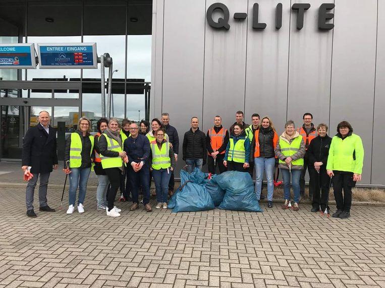Een twintigtal personeelsleden van Q-Lite trok mee de straat op om zwerfvuil op te ruimen.