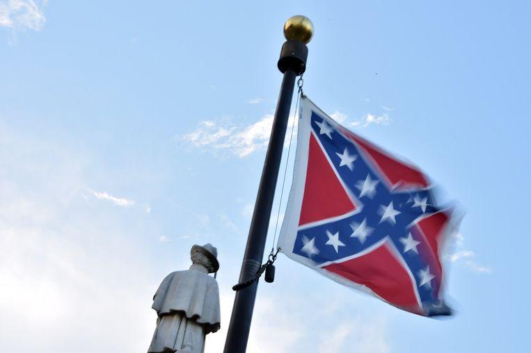 De 'confederate' vlag naast het monument voor de slachtoffers van de burgeroorlog in South Carolina.
