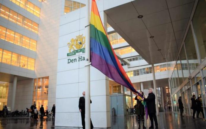 De regenboogvlag wordt gehesen bij het Stadhuis.