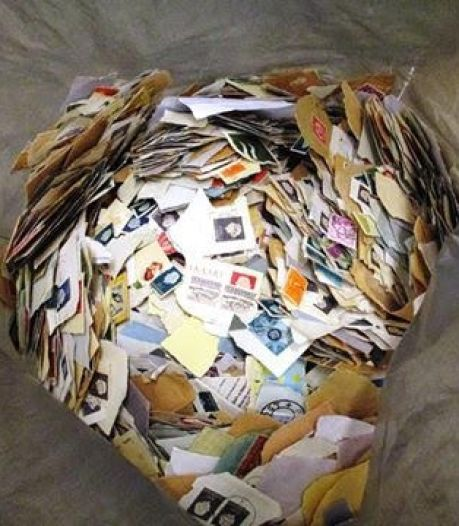 Niet alledaags kringloopkoopje: acht kilo postzegels, zelf nog af te weken