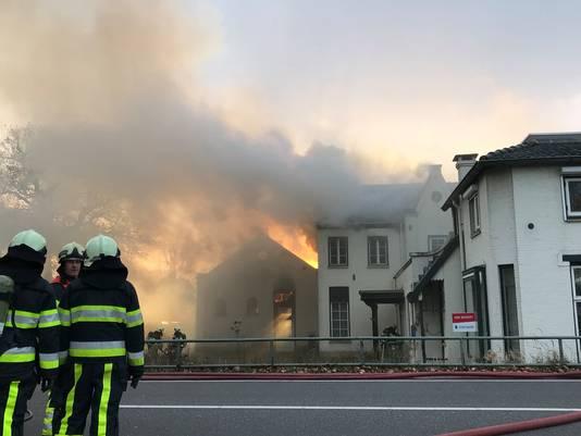 Een uitslaande brand in een pand aan de Eindhovenseweg in Boxtel.