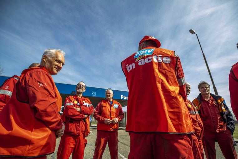 Medewerkers van Shell tijdens een manifestatie die vrijdag plaatsvond voor de raffinaderij in Moerdijk. Beeld ANP
