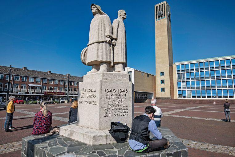 Verspreid over het plein zitten vrienden, familie en kennissen van Gertjan Huijbens. Beeld Guus Dubbelman / de Volkskrant
