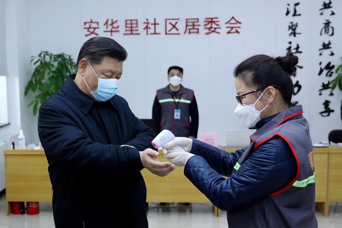 Le président chinois Xi Jinping est apparu pour la première fois en public ce lundi avec un masque de protection