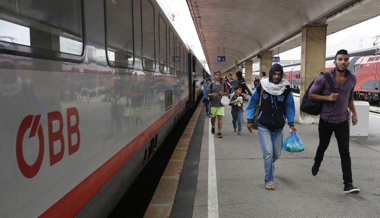 Vluchtelingen op het treinstation in Wenen. Beeld null