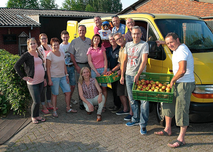 RopaRun team Swietelsky is er klaar voor in Etten-Leur , de de bus kan vertrekken met veel drinken aan boord en kratten vol met vers fruit.