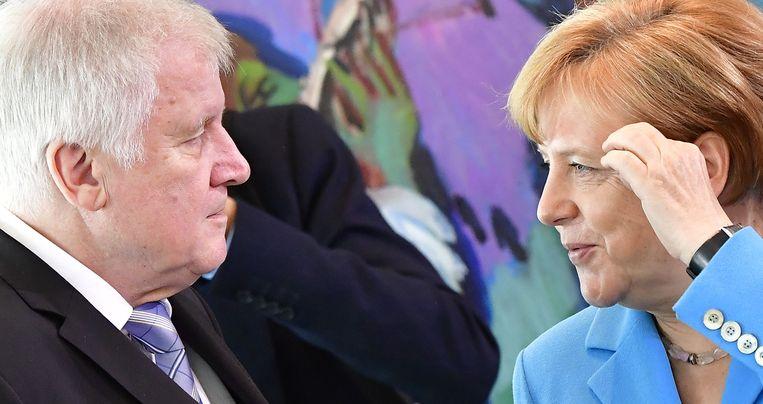 Minister van Binnenlandse Zaken Horst Seehofer en bondskanselier Merkel verschillen van mening over het te voeren migratiebeleid.