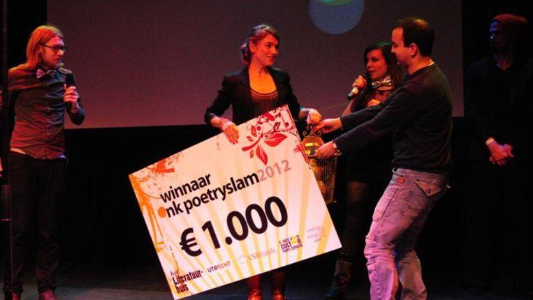 Laura van der Haar krijgt de prijs overhandigd Beeld null