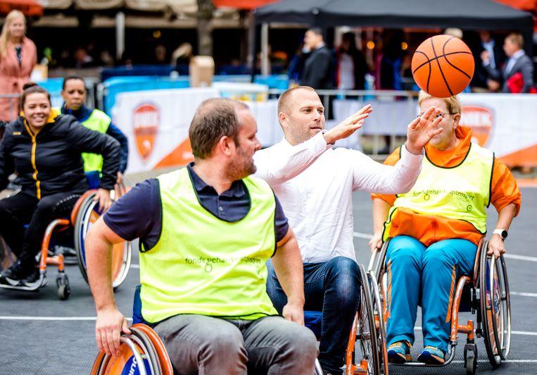 Heerema speelt een potje rolstoelbasketbal. 'Sport is na taal het tweede bindmiddel.' Beeld ANP