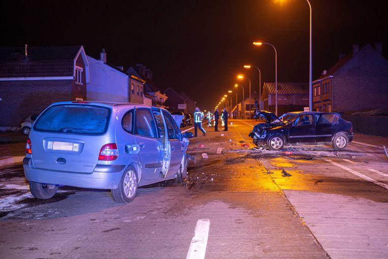 De steenweg is volledig versperd door het ongeval.