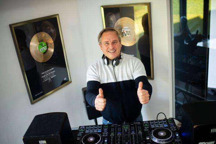 DJ F.R.A.N.K achter de draaitafels in zijn eigen living