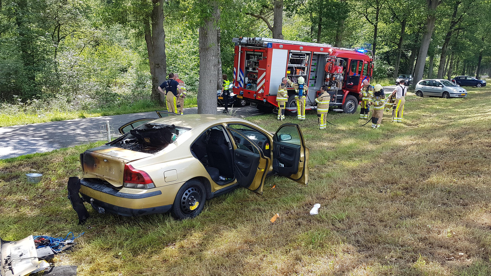 De brandweer rukte uit voor de autobrand.