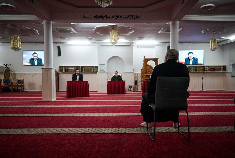 In de El Islam moskee in Den Haag wordt via een livestream een lezing gegeven. Vanwege de coronacrisis kunnen veel Marokkaans-Nederlandse ouderen nu niet naar activiteiten in de moskee.  Beeld ANP