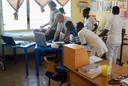 Henk Bralts en Dick Haan aan het werk in de St Alban's Clinic in Ghana