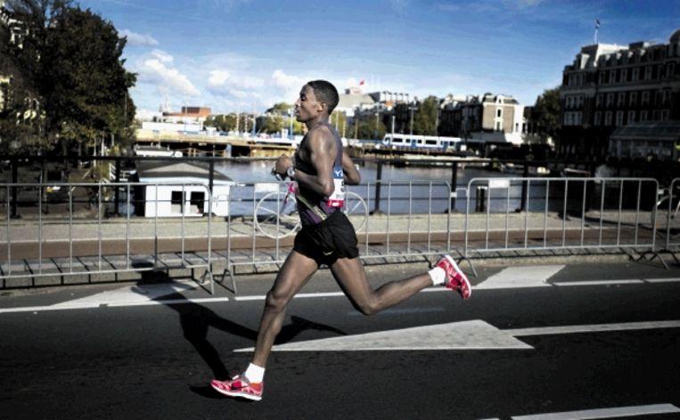 De Ethiopiër Feleke passeert de Berlagebrug. Hij wint in de tijd van 2.05.44. (FOTO OLAF KRAAK, ANP) Beeld ANP