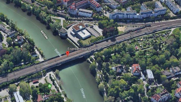 De vrouw verdween onder water bij de pijlers van de brug.