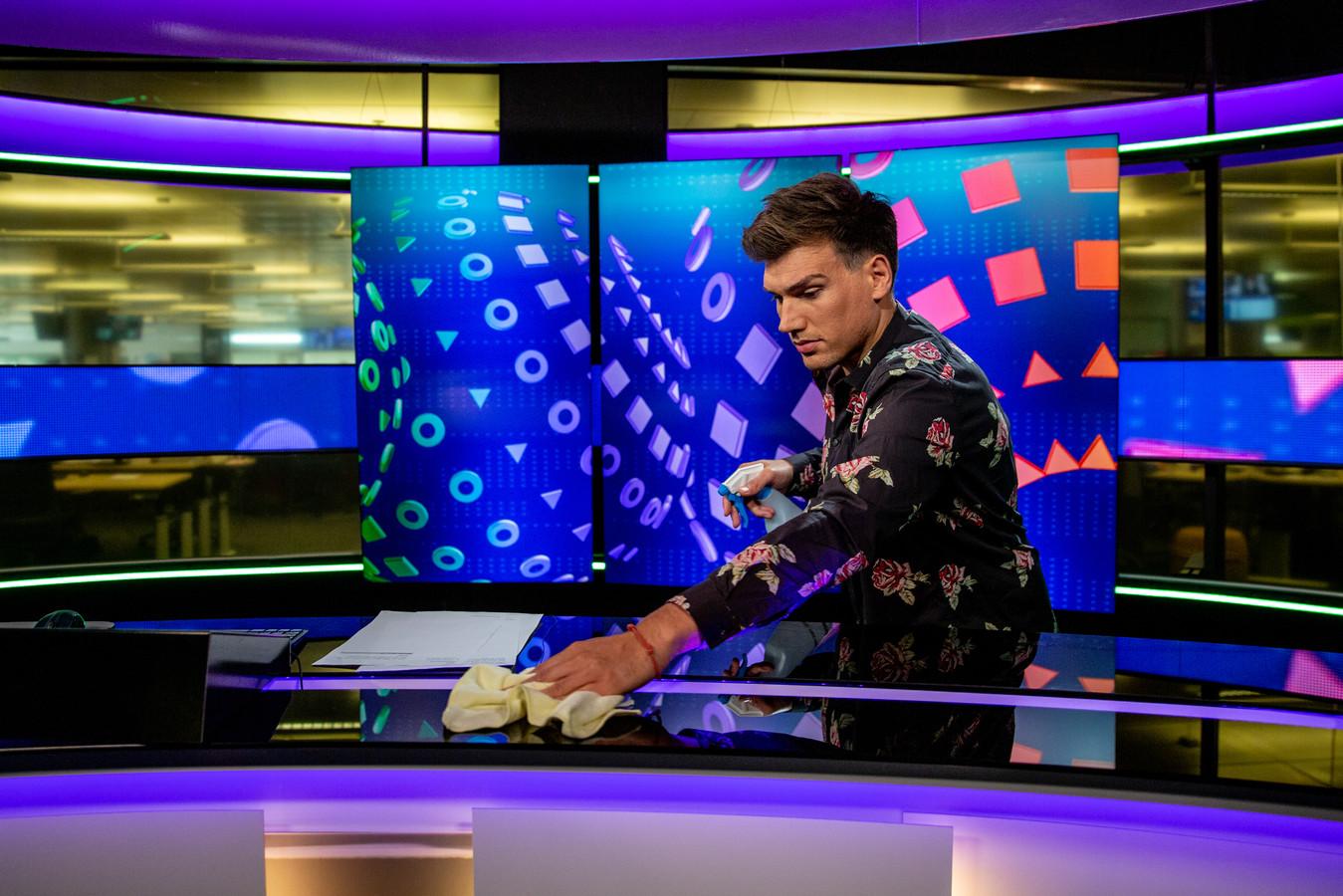 Op het mediapark kijken we mee met het Jeugdjournaal. Hoe maken ze in deze coronatijd nog een uitzending? Dit is presentator Lucas van de Meerendonk. Voor en na de opnames moet hij de desk zelf desinfecteren.