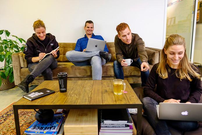 Loyals start per 1 februari een proef met een vierdaagse werkweek met vijfdaagse betaling. Op de foto: Gillian Robles, Youri Lieberton, oprichter en ceo Loyals, Jerry Remmers en Anique de Muinck