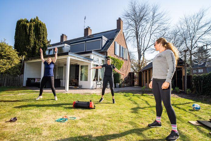 Europees kampioen gewichtheffen Lotte van den Berg geeft training in haar eigen tuin in Oosterbeek.