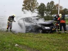 Auto in brand nabij oprit A12 in Nieuwerbrug