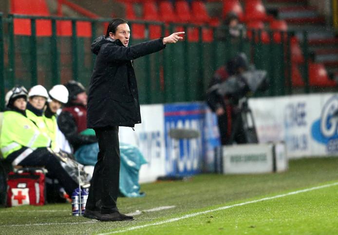 Roger Schmidt schreeuwt in 2014 RB Salzburg vooruit tegen Ajax in de Europa League.