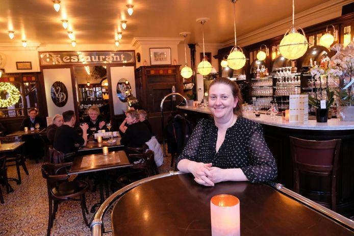 Anja De Buysscher in haar café, dat de Parijse sfeer uitademt.