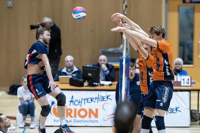 Een moment uit het duel van Sliedrecht Sport (blauw tenue) met Orion tijdens het afgelopen seizoen.