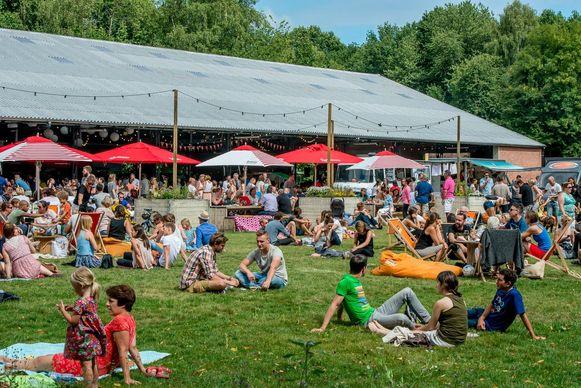 De zomerbar in Mortsel lokt jaarlijks duizenden bezoekers naar Fort 4. Edegem wil dat nu ook aan Fort 5.
