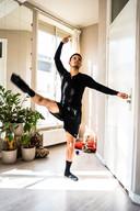 Danser Ruben Ameling danst in zijn appartement.