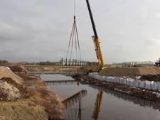 Hulpbrug voor bouwers N18 op plek gehesen bij Groenlo