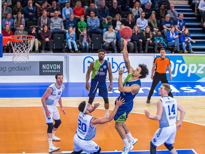 Mohamed Kherazzi (midden) was afgelopen seizoen nog een tegenstander van Landstede Basketbal. Nu komt de international naar Zwolle.