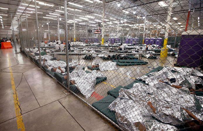 Ook op dit beeld uit 2014 zijn immigranten te zien, die op de grond slapen onder aluminium folie