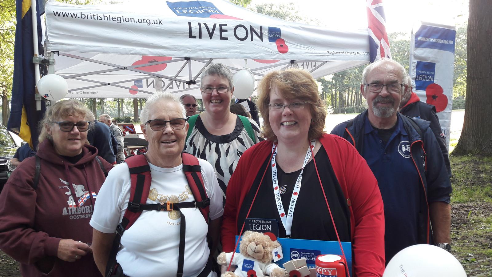 Heidi Thompson van British Legion met haar 'Poppy Appeal' voor de veteranen te midden van wandelaars uit Denemarken.