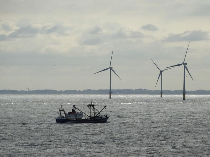 Viskotter bij windpark op de Noordzee.