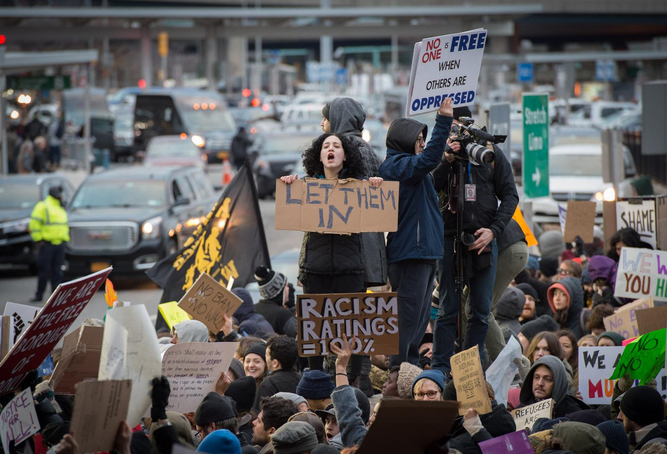 Amerikanen protesteren op het vliegveld van New York tegen het immigratiebeleid van Trump
