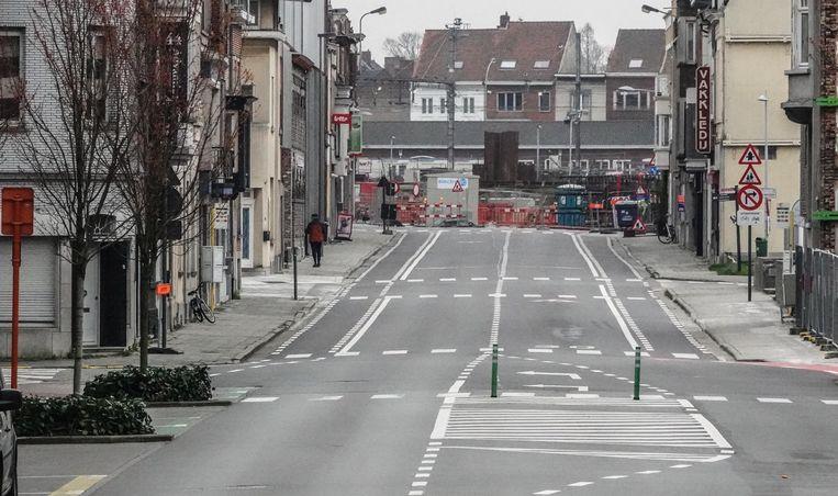In de verte, de Beheerstraat. Leeg, met uitzondering van één voetganger.