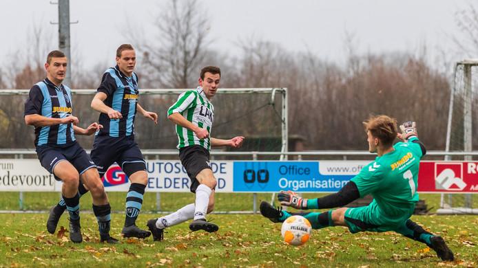 Stan Gunnewick zet KSV vlak voor rust op 2-0 tegen FC Eibergen.