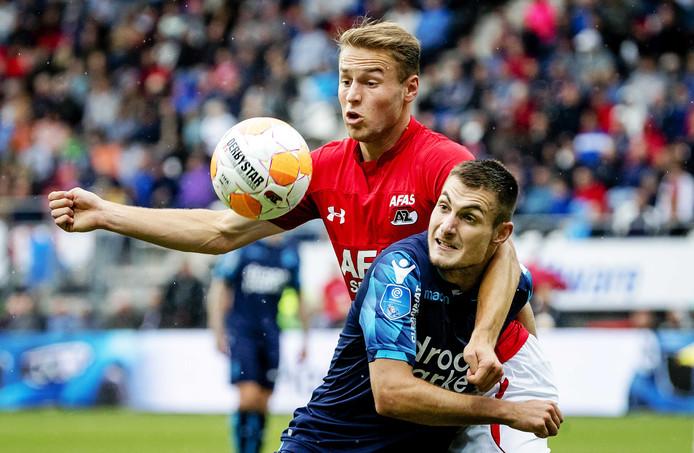 Matus Bero (blauw shirt) duelleert met Teun Koopmeiners van AZ.