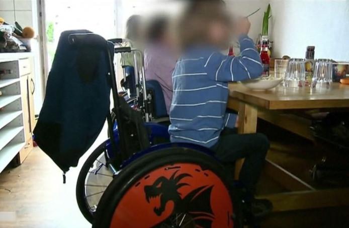 Quand les travailleurs sociaux se rendaient chez eux, les enfants avaient ordre de ne pas bouger de leur chaise roulante