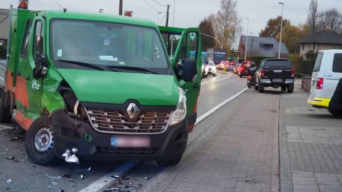 Drie wagens beschadigd en verkeershinder na aanrijding in Hoogstraat