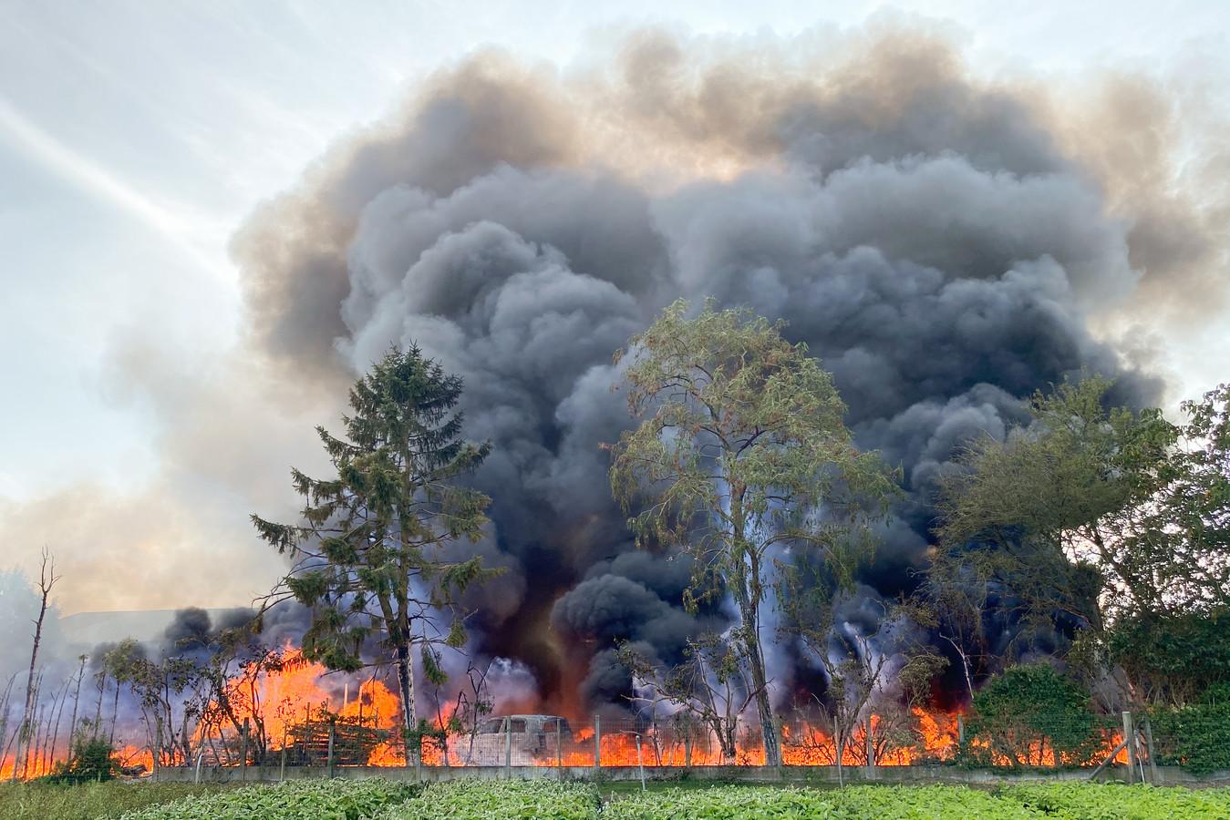 Door de brand ontstond een dikke zwarte rookpluim, die tot kilometers ver te zien was.