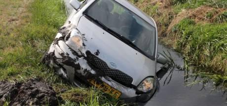 Auto raakt van de A1 bij Holten en belandt in de sloot, bestuurder gewond