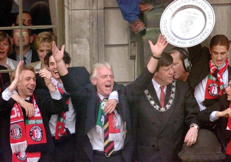 Paul Bosvelt (l) viert met Kees van Wonderen, trainer Leo Beenhakker, burgemeester Ivo Opstelten van Rotterdam en Patricio Graff op de Coolsingel de landstitel in 1999. Beeld ANP