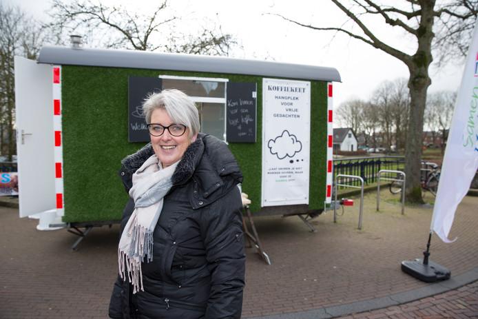 Doret Tigchelaar in haar tijd als VVD-wethouder bij een opgepimpte bouwkeet, waarin ze in Hattem op de markt burgers ontving.