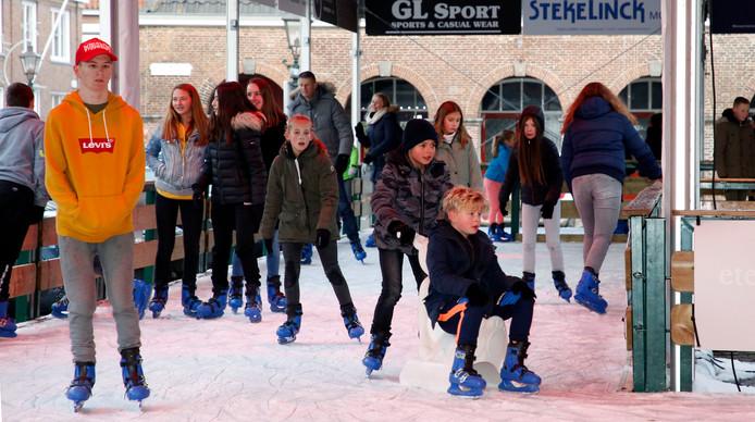 De schaatsbaan beslaat de hele Groote Markt in Sluis.